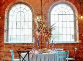 niebieskie krzesła weselne
