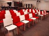 białe czerwone krzesła wynajem